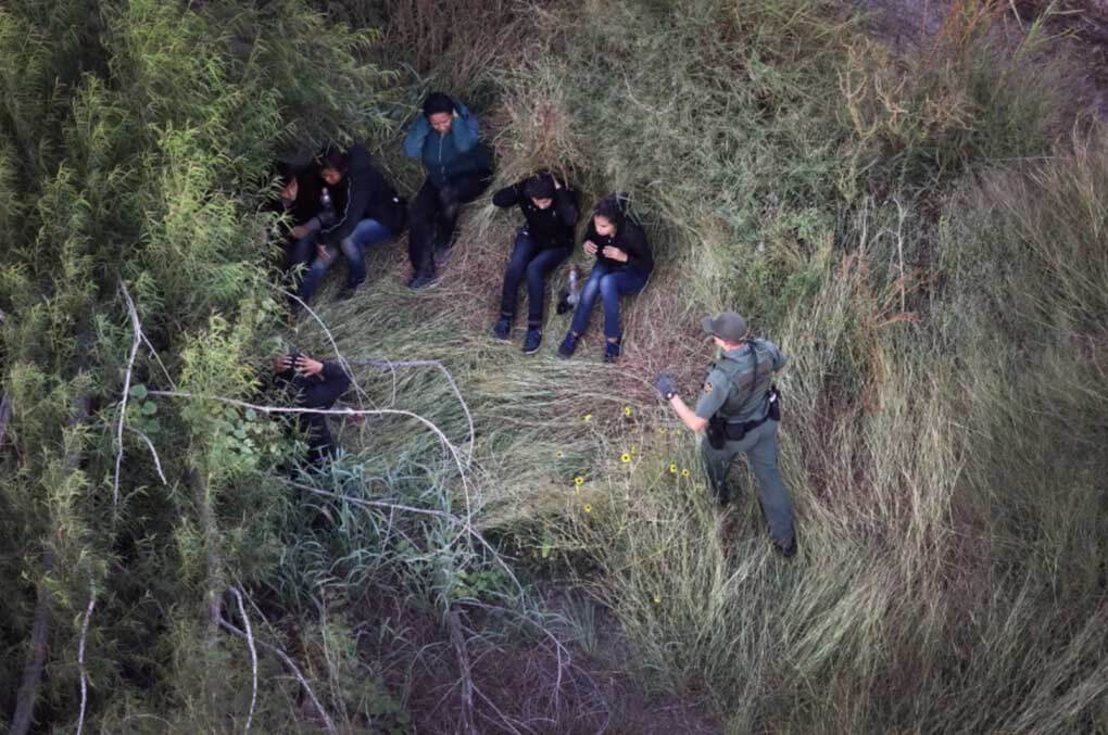 U.S. border patrol agent detains undocumented immigrants
